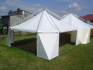 namiot na trawie
